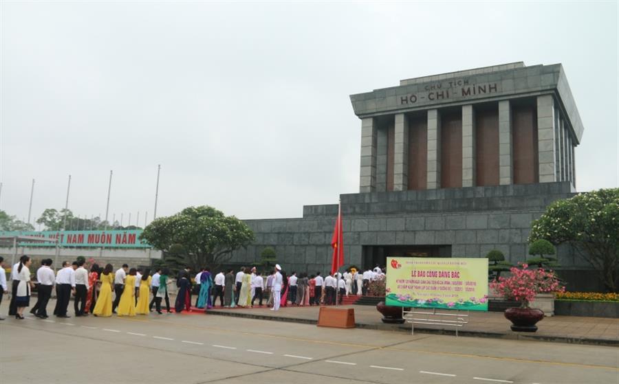 Hình ảnh đẹp Đại biểu dự Đại hội VI Công đoàn Dầu khí Việt Nam vào Lăng viếng Chủ tịch Hồ Chí Minh